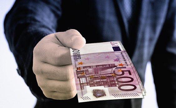 geld uebergabe hand anzug 564