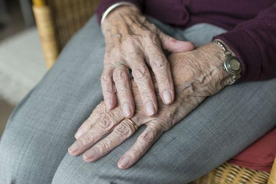 pflege pflegeversicherung haende alt z4 564