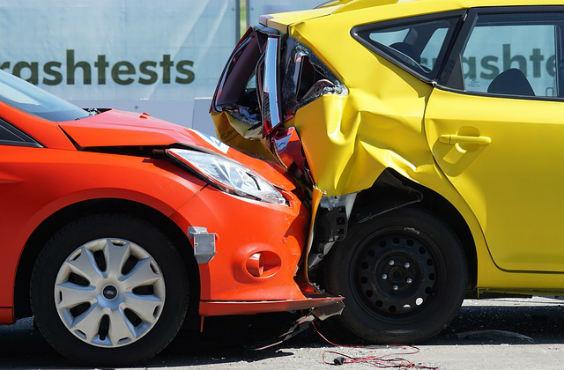 unfall gelb rot crash 564